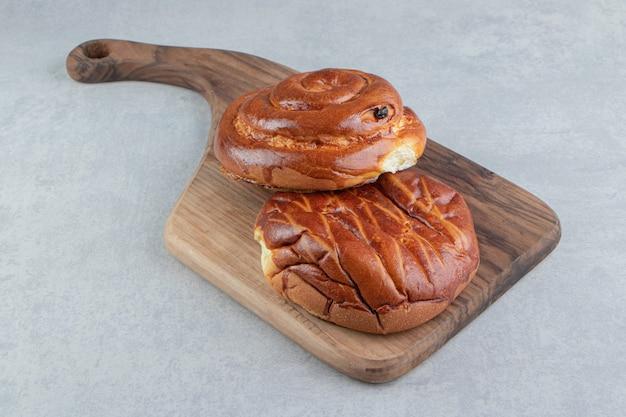 Deux sortes de pâtisseries sur planche de bois.