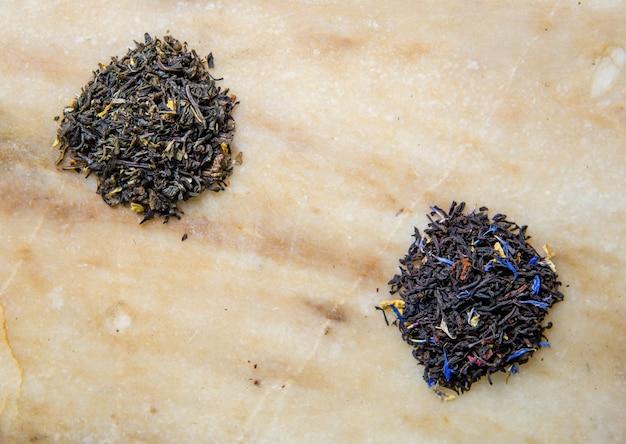 Deux sortes de thé chinois en feuilles.