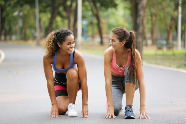Deux, sourire, femmes, séance, commencer, jogging, parc
