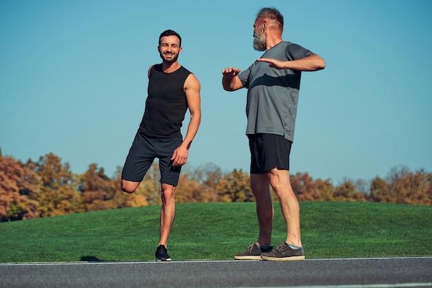 Les deux sportifs faisant de l'exercice en plein air