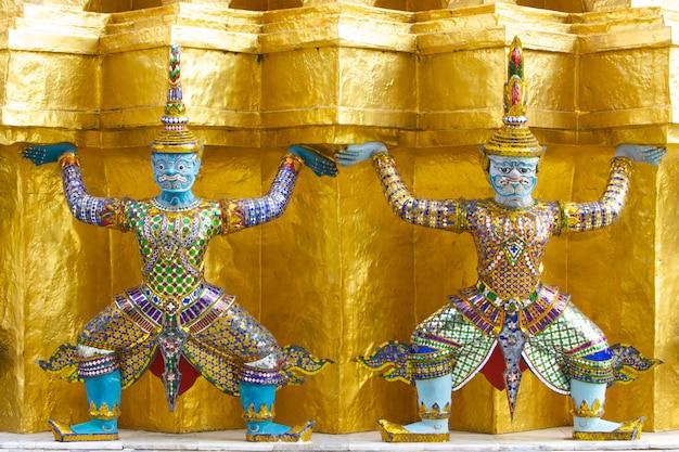Deux statues géantes dans le temple du bouddha d'émeraude, bangkok, thaïlande