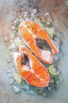 Deux steaks de saumon ou de truite frais crus.