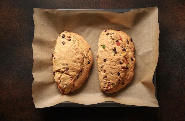 Deux stolens de noël du four sur une plaque à pâtisserie.