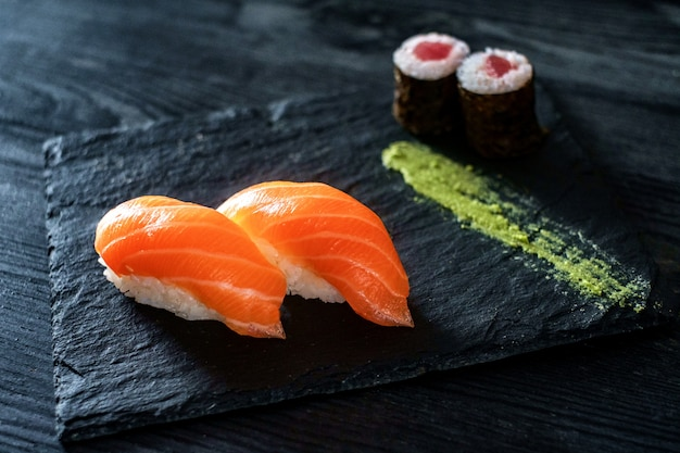 Deux sushi au saumon sur pierre