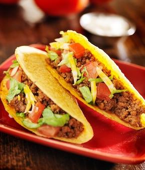 Deux tacos au bœuf avec fromage, laitue et tomates