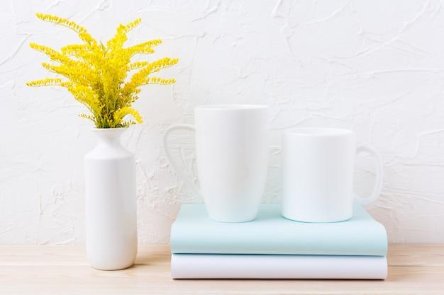 Deux tasse de café blanc et cappuccino avec de l'herbe ornementale