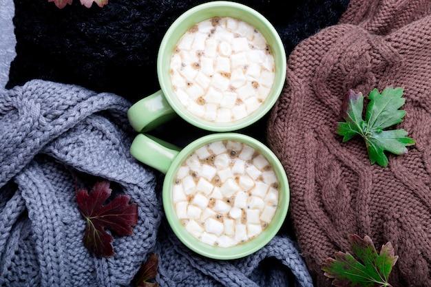 Deux tasse de café près de tricoté