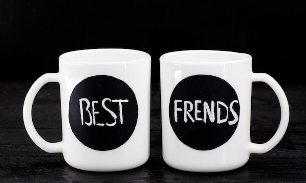 Deux tasses blanches avec l'inscription