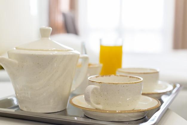 Deux tasses blanches sur un plateau blanc lit, concept de petit déjeuner