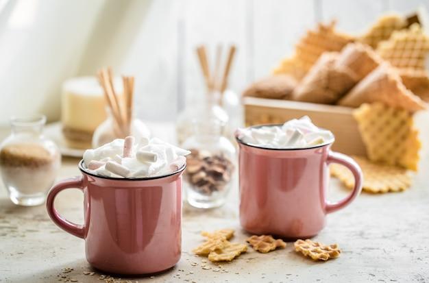 Deux tasses de cacao avec des guimauves
