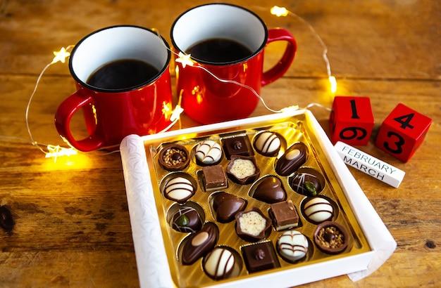 Deux tasses de café et de chocolat