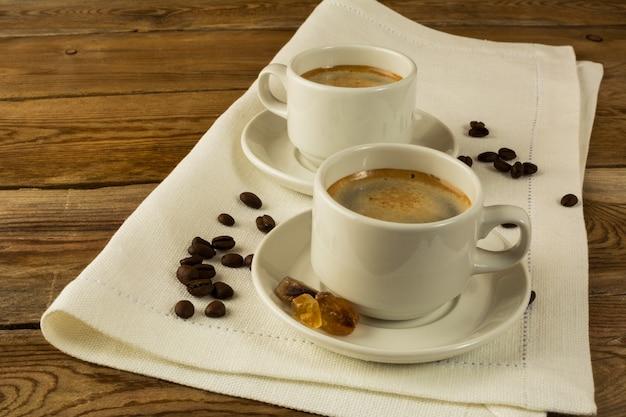 Deux tasses de café sur la serviette blanche, espace copie
