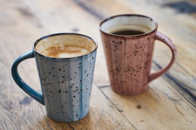 Deux tasses à café sur une table en bois