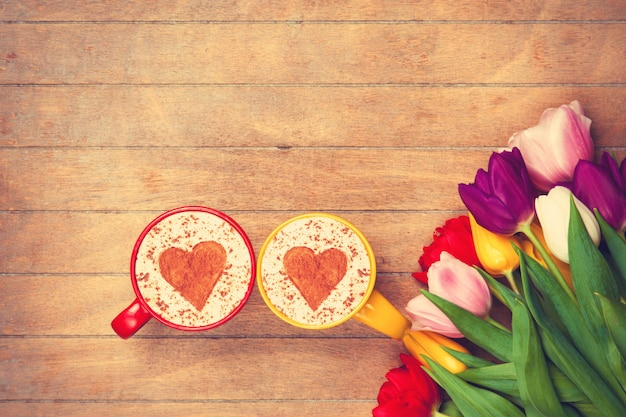 Deux tasses de cappuccino et tulipes