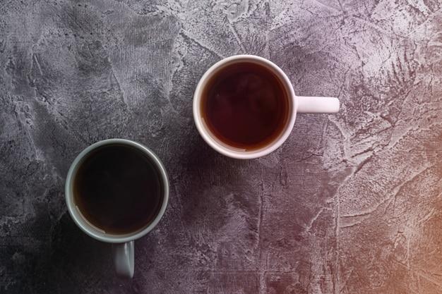 Deux tasses en céramique avec du thé noir