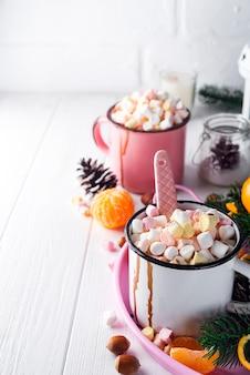 Deux tasses de chocolat chaud ou de cacao avec guimauve fondue