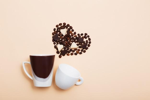 Deux tasses de grains de café en forme de coeur