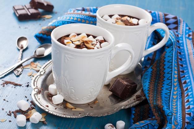Deux tasses de lait au chocolat et aux amandes