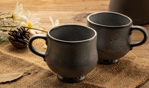 Deux tasses sur table en bois