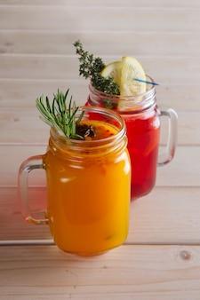 Deux tasses de thé aux canneberges et de thé à l'argousier aux agrumes, cannelle et romarin