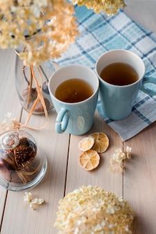 Deux tasses de thé chaud sur une serviette en lin bleu