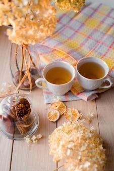 Deux tasses de thé chaud sur une serviette en lin jaune
