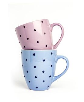 Deux tasses à thé en pointillés isolés