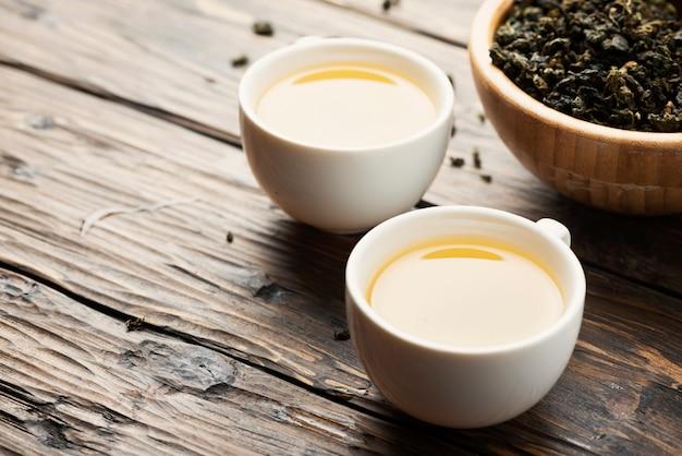 Deux tasses de thé vert chaud