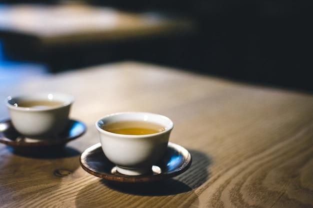 Deux tasses de thé vert fraîchement infusé