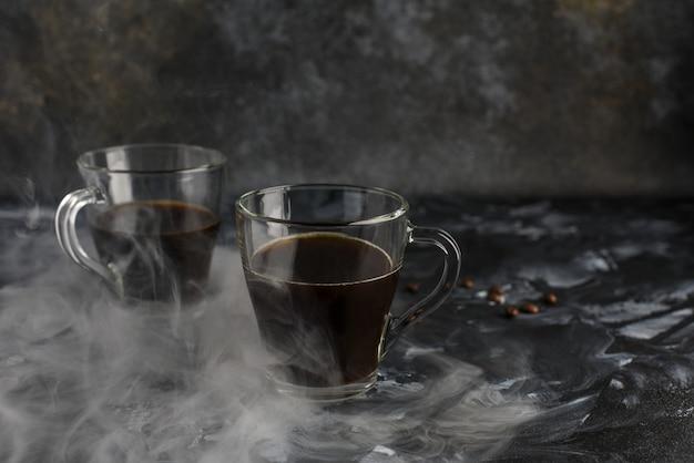 Deux tasses en verre de café noir fraîchement moulu
