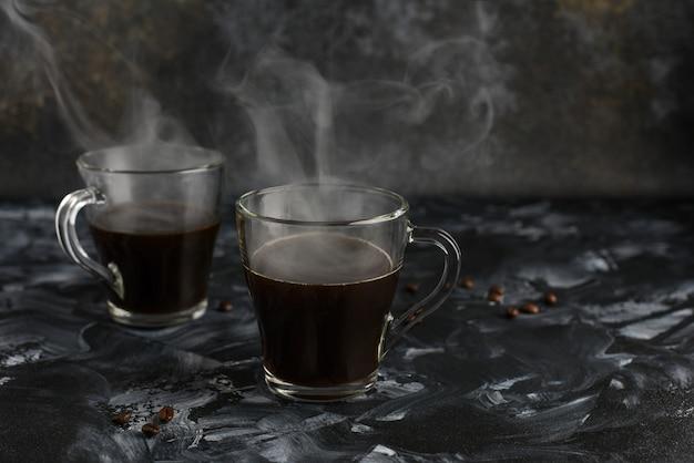 Deux tasses en verre de café noir