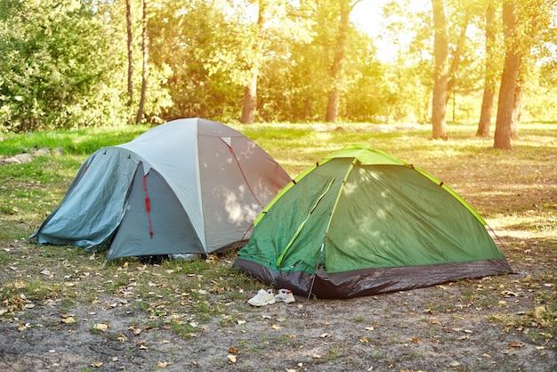 Deux tentes touristiques dans une forêt du matin