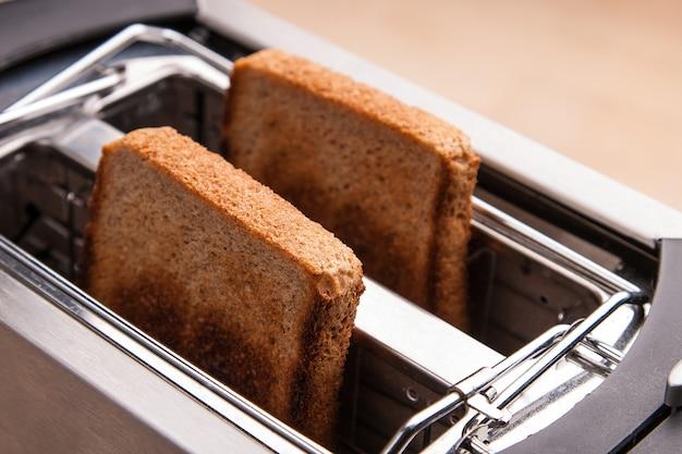 Deux toasts de pain chaud dans un grille-pain
