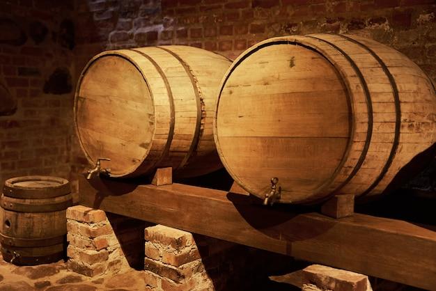 Deux tonneaux de vin dans l'ancienne cave à vin