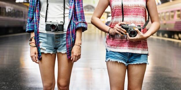 Deux, touriste, femmes, debout, à, plate-forme train, à, appareil photo