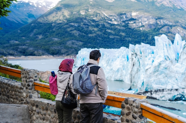 Deux touristes ou un couple regardant le glacier perito moreno en argentine