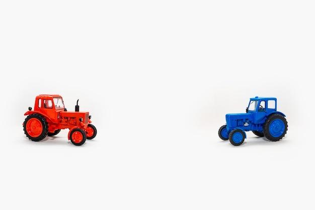 Deux tracteurs jouet réplique miniature réaliste sur fond blanc