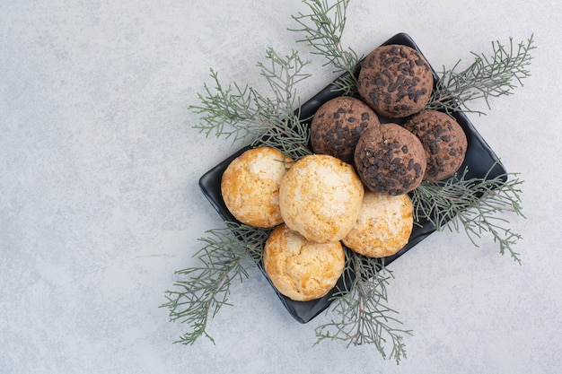 Deux types de biscuits aux chips sur plaque noire