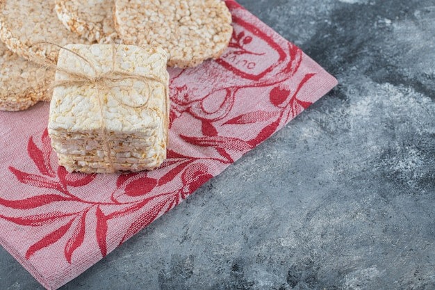 Deux types de pain croustillant savoureux sur un chiffon rouge.