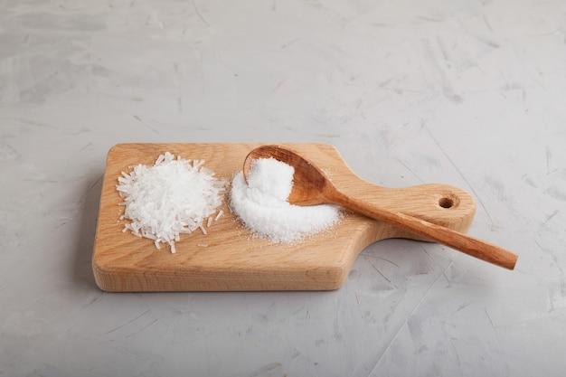 Deux types de poudre et granulés de glutamate monosodique complément alimentaire msg ou e621 goût d'umami