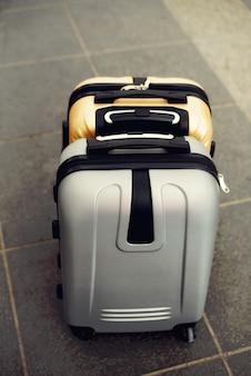 Deux valises sur un sol gris flou