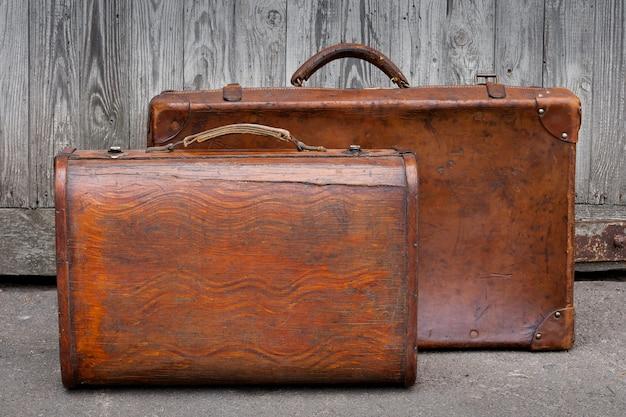 Deux valises de voyage se tiennent près d'un garage