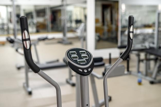 Deux vélos d'exercice dans la salle de gym.