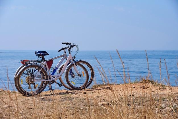 Deux vélos sur la plage par une journée ensoleillée.