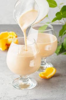 Deux, verre cocktail, à, smoothies, milkshake, boisson saine