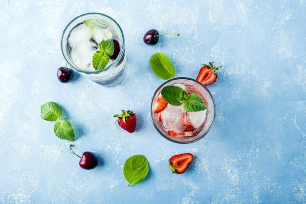 Deux, verre, rafraîchissant, frais, désintoxication, boisson, fraise, cerise, menthe
