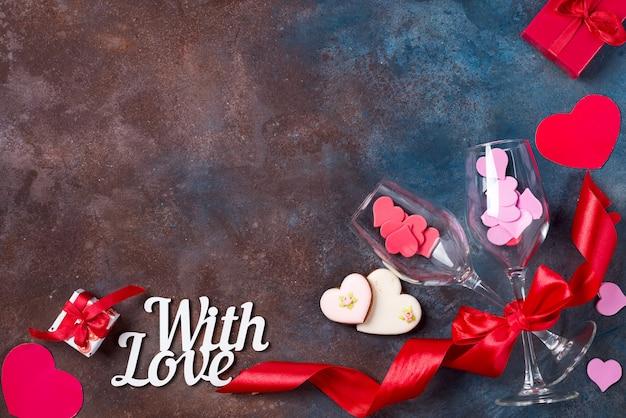 Deux verre de vin, biscuits coeurs sur fond de pierre. la saint valentin
