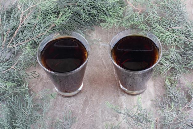 Deux verres de bière brune sur une table en marbre. photo de haute qualité