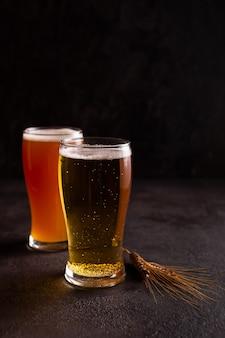 Deux verres de bière froide
