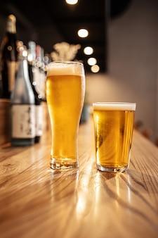 Deux verres de bière légère japonaise sur un bureau de bar